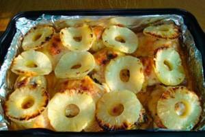 Курица запеченная с ананасами на фольге