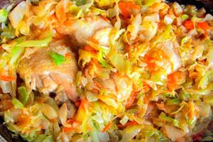 Приготовленная курица с морковью и капустой