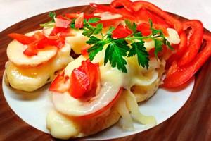 Курица по французски с помидорами и красным перцем
