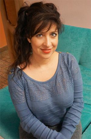 Девушка Вероника на бирюзовом диване