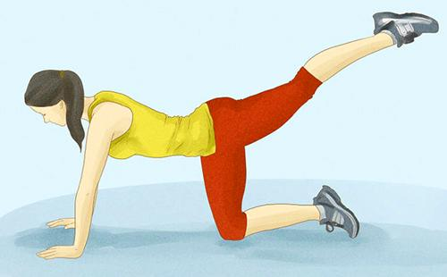 Девушка с упором на руки и одно колено поднимает ногу