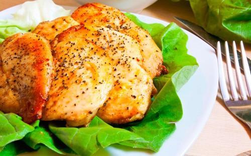 Запеченное куриное филе с зеленым салатом