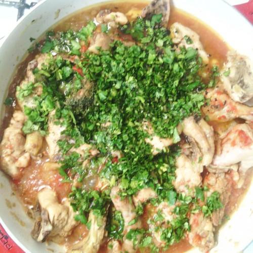 Курица посыпанная зеленым луком в сковороде