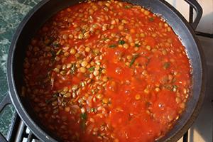 Кашу в кастрюльке залили ярко-красным томатом