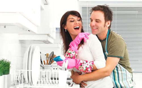 Муж помогает жене мыть посуду и убирать квартиру