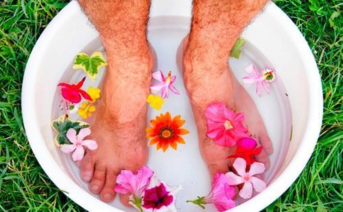 Мужские ноги в тазике с водой и цветами