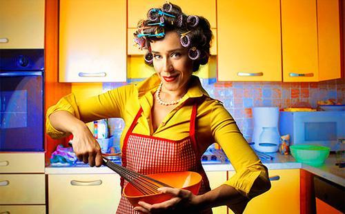 Жена в бигудях готовит ужин домочадцам