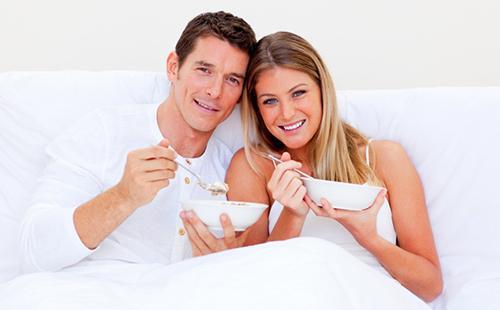 Хорошо завтракать кашей вдвоём в выходной день