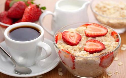 Гламурный завтрак с овсянкой, клубникой, сливками и кофе