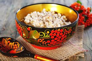 Перловая каша в хохломской посуде возвращает традиции