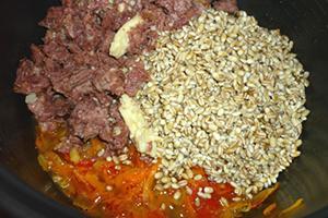 Овощи, мясо и крупа выложены слоями в чашу мультиварки