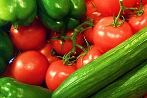 Красные помидоры и зелёные перец с огурцами