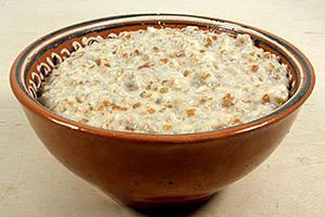 Классическая пшеничная каша в глиняной плошке
