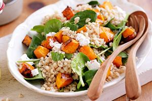 Яркое блюдо с оранжевой тыквой и зелёными листьями