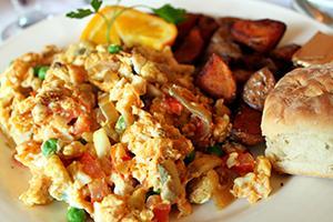 Яичница с овощами, горошком и свежевыпеченным хлебом