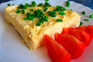 Омлет с луком и дольками помидора