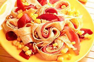Салат из омлетной ленты, ветчины и консервированной кукурузы