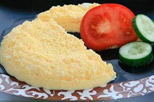 Паровой омлет с помидорами и огурцом