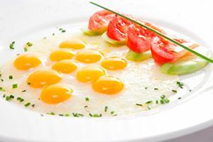 yaichnica-s-syrom-iz-perepelinyh-yaic-s-pomidorom.jpg