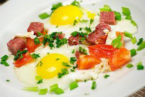 как приготовить жареные яйца с колбасой и сыром