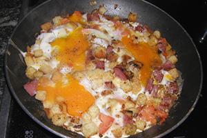 Яичница с колбасой и сухариками
