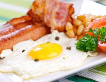 как приготовить красивую яичницу с колбасой фото