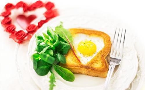 Пошаговые рецепты яичницы вхлебе сколбасой, сыром ипомидорами