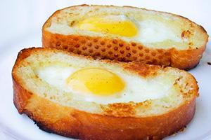яичница в хлебе с колбасой и сыром на сковороде