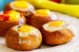 яичница в хлебе с колбасой рецепт