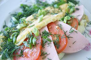 Омлет с вареной колбасой, помидорами и зеленью