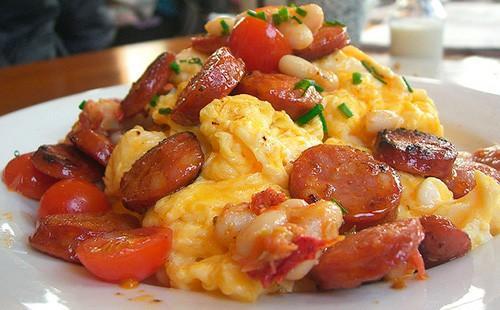 Омлет с колбасой, помидорами и консервированной фасолью