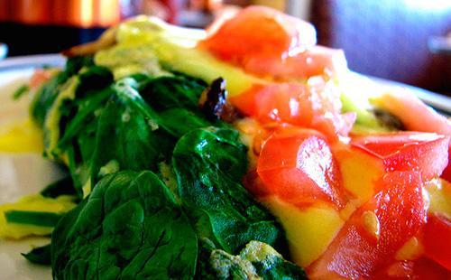 Замороженные овощи с яйцом на сковороде