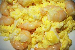 Вареный омлет с креветками