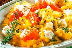 Яичница-болтунья с помидорами и сыром