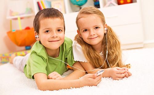 Брат с сестрой вместе слушают музыку