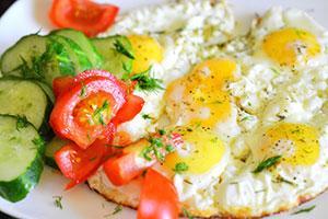 Яичница с огурцами и помидорами