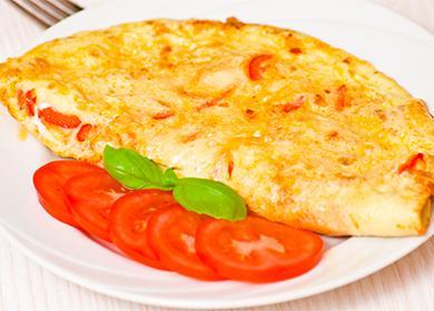 Омлет с помидорами на тарелке