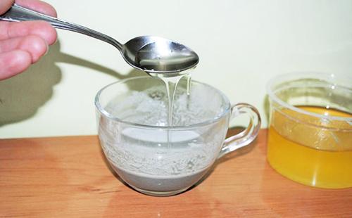 В каолиновую кашку осторожно наливаем подогретый мёд