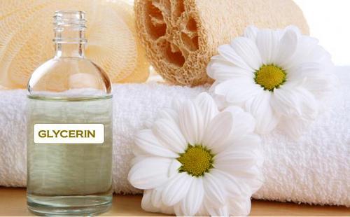 Мягкое полотенце, цветы ромашки и бутылочка глицерина