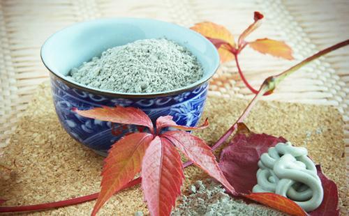Голубая глина в синей миске