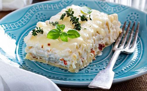 Запеканка из макарон с курицей на синей тарелке