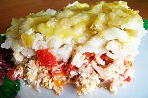 Запеканка из макаронами с курицей , помидорами и зеленью