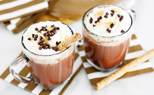 Две чашки горячего какао по-ирландски