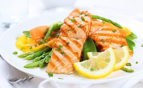 Диетическая рыба с лимоном и спаржей