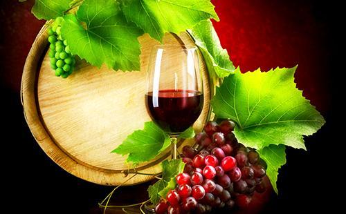 Бокал красного вина на фоне бочонка и виноградных листьев