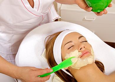 Нанесение маски на лицо в салоне