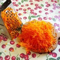 Оранжевый овощ натёрли и оставили на столе