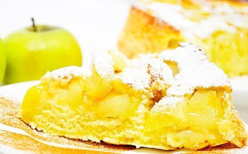 Шарлотка с яблоками и сахарной пудрой