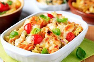 Запеканка из макарон и колбасы с помидорами