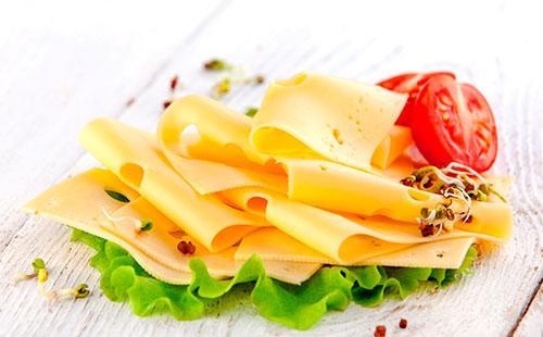 Сыр, порезанный кусочками